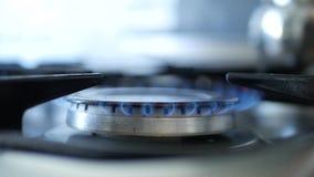 Het Gebruiksgelijken van de mensenhand voor het Openen van Brand op een Calor-Gas stock videobeelden