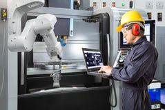 Het gebruikslaptop van de onderhoudsingenieur de automatische robot van de computercontrole royalty-vrije stock fotografie