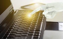 Het gebruikslaptop van de robothand computer, het Concept van de Kunstmatige intelligentietechnologie stock foto's