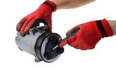 Het gebruiksmoersleutel van de auto mechanische hand om de compressor van de autolucht op wit te bevestigen stock afbeeldingen