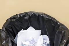 Het gebruikte document in de zwarte afvalbak, recycleert in de controlekamer, wa Stock Afbeeldingen