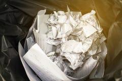 Het gebruikte document in de zwarte afvalbak, recycleert in de controlekamer, wa Royalty-vrije Stock Afbeelding