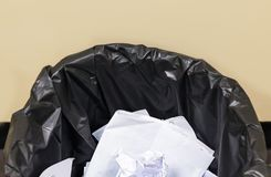 Het gebruikte document in de zwarte afvalbak, recycleert in de controlekamer, wa Stock Fotografie