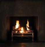 Het gebrul van vlammen in een moderne open haard stock foto's