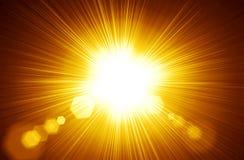 Het gecentreerde geeloranje licht van de de zomerzon barstte Radiale aardabs royalty-vrije stock fotografie
