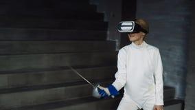 Het geconcentreerde de praktijk van de schermervrouw schermen oefent binnen uit het gebruiken van VR-hoofdtelefoon en de opleidin royalty-vrije stock foto's