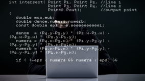 Het geconcentreerde inbreker binnendringen in een beveiligd computersysteem in laptop stock videobeelden