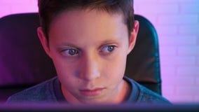 Kalme jongen het spelen videospelletjes thuis stock footage video 102953648 - Lay outs ruimte van de jongen ...