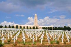 Het Gedenkteken van Douaumontossuaire in Verdun, Frankrijk stock foto