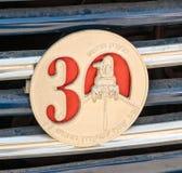 Het gedenkwaardige embleem van Israel Classic Vehicle-club - 30 jaar aan de club - Club 5 maakte aan de auto vast Stock Fotografie