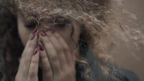 Het gedeprimeerde gezicht van de vrouwenholding in handen, jonge schreeuwende studente dicht omhoog, emotioneel portret met scheu stock videobeelden