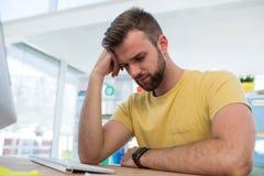 Het gedeprimeerde mannelijke uitvoerende werken aan computer Royalty-vrije Stock Foto