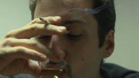 Het gedeprimeerde Mens Drinken stock footage