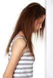 Het gedeprimeerde vrouwelijke tiener steunen voor de muur. Stock Afbeeldingen