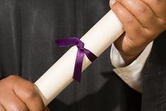 Het gediplomeerde Diploma van de Holding royalty-vrije stock foto's