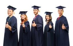 Het gediplomeerde studenten tonen beduimelt omhoog royalty-vrije stock fotografie