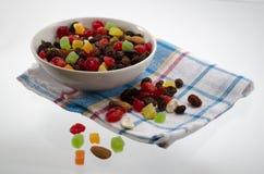 Het gedroogd fruit in een kom op een handdoek Stock Foto's