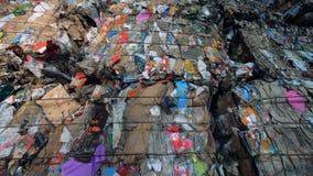 Het gedrukte huisvuil bij een recyclingsfabriek, sluit omhoog stock videobeelden