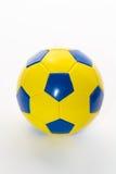 Het geel-blauw van de voetbalbal op een witte achtergrond, Royalty-vrije Stock Afbeelding