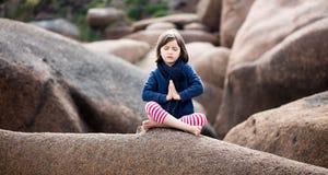 Het geestelijke jong geitje ontspannen, het bidden en ademhaling alleen voor yoga openlucht stock fotografie