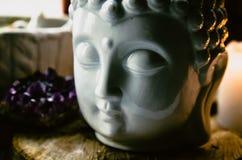 Het geestelijke rituele meditatiegezicht van ametist van Boedha schouwt achtergrond Stock Foto
