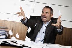 Het gefrustreerde tearing document van de bureaumanager. Royalty-vrije Stock Foto's