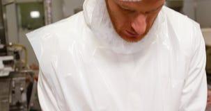 Het gehakt van de slagersverpakking in container stock footage