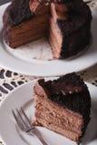Het gehakte close-up van de chocoladecake op een plaat verticaal Royalty-vrije Stock Afbeeldingen