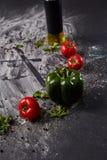 Het geheel en cutted tomaat van pizza op Italiaanse zwarte document lijst Royalty-vrije Stock Fotografie
