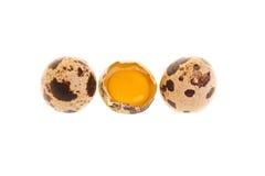 Het Geheel en de Dooier van de Eieren van kwartels Royalty-vrije Stock Foto's