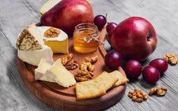 Het geheel van de fruitpeer, druiven, besnoeiing in de helft, kaas Royalty-vrije Stock Afbeeldingen