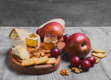 Het geheel van de fruitpeer, druiven, kaas Royalty-vrije Stock Foto's
