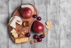 Het geheel van de fruitpeer, druiven, kaas Stock Foto's