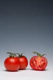 Het geheel van de tomaat en gesneden Stock Fotografie