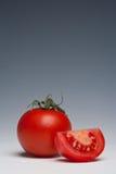 Het geheel van de tomaat en gesneden Royalty-vrije Stock Foto