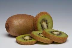 Het geheel van het Fruit van de kiwi en gesneden Royalty-vrije Stock Afbeeldingen