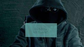 Het geheime wachtwoord van de hakkerbarst Een hakker bereidt een aanval bij het binnendringen in een beveiligd computersysteem va stock videobeelden