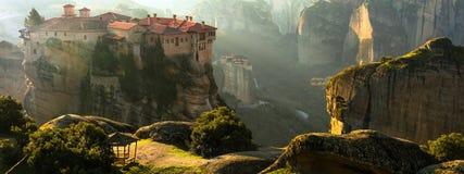 Het geheimzinnige hangen over rotsenkloosters van Meteora, Griekenland Stock Foto