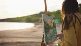 Het geheimzinnige meisje is met klaar het schilderen van stilleven met verven, kunstenaar om openlucht stock video