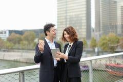 Het gehuwde bedrijfspaar maakt aankopen door creditcard royalty-vrije stock afbeeldingen
