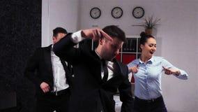 Het gekke gelukkige zakenman dansen stock video