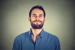 Het gekke kijken mens die grappige gezichten maken Stock Foto
