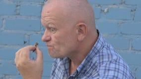 Het gekke Russische bejaarde met een geschoren hoofd houdt een insect Gryllotalpidae en eet ongedierteinsect stock video