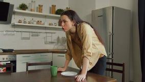 Het gekke vrouw zweren, die echtgenoot in keuken bedreigen stock video
