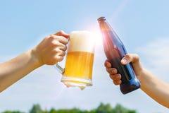 Het gekletter van flessen en glazen bier Royalty-vrije Stock Foto's