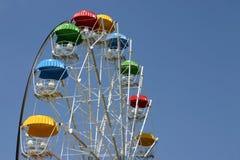 Het gekleurde carrouselcirkel bekijken op een achtergrond van blauwe hemel Royalty-vrije Stock Afbeeldingen