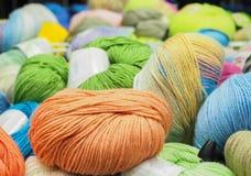 Het gekleurde garen Gekleurde ballen van garen Garen voor het breien Stock Foto's
