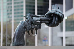 Het geknoopte beeldhouwwerk van het Kanon in de Verenigde Naties Stock Foto's