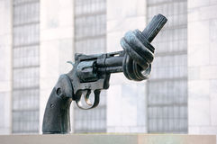 Het geknoopte beeldhouwwerk van het Kanon in de Verenigde Naties Stock Afbeelding