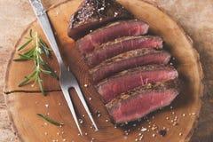 Het gekookte lapje vlees van het grillrundvlees met gebraden aardappels en tomaten royalty-vrije stock fotografie